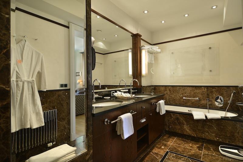 Das edle Marmorbadezimmer in der Thomas-Mann-Suite / © Hotel Elephant, Weimar