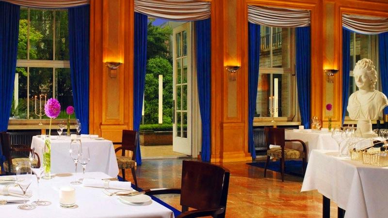 Das elegante Sterne-Restaurant Anna Amalia. Morgens wird hier ein herrliches Frühstück serviert/ © Hotel Elephant, Weimar