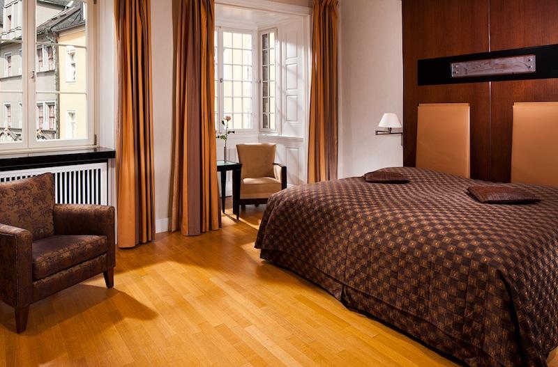 Das Schlafzimmer der Thomas-Mann-Suite. Die Farbtöne harmonieren im Gesamtkonzept / © Hotel Elephant, Weimar