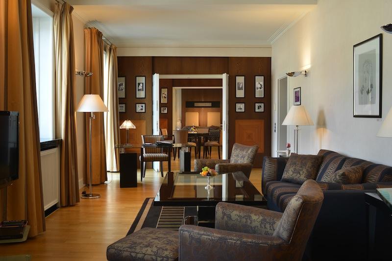 Das großzügigen Wohnzimmer der Thomas-Mann-Suite. Von hier aus kann der Gast auch den bekannten Balkon betreten, auf dem schon viele Persönlichkeiten gestanden haben / © Hotel Elephant, Weimar