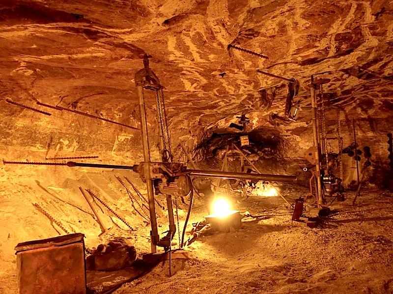 Lange Zeit mussten die Bergleute per Hand die Sprenglöcher bohren. Hier zu sehen die alten Bohrmaschinen und deren Befestigung / © Redaktion FrontRowSociety.net