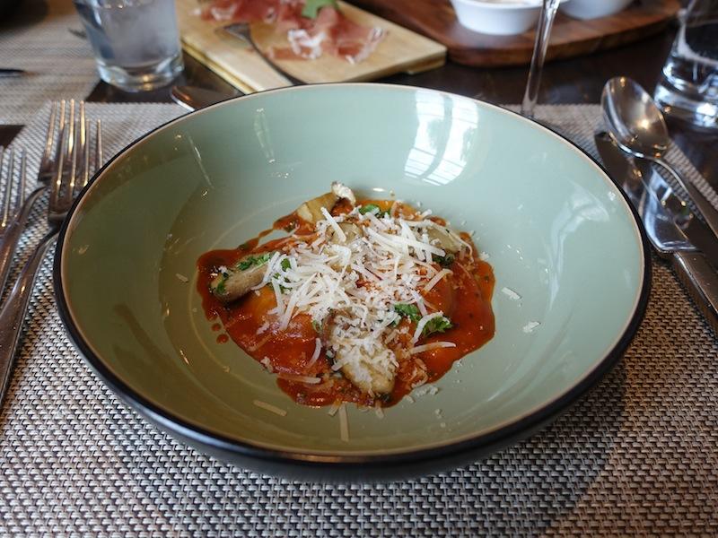 Ravioli di'aragosta: Köstliche handgemachte Hummerravioli mit frischen Steinpilzen und sardischem Tomatensugo / © Redaktion FrontRowSociety.net