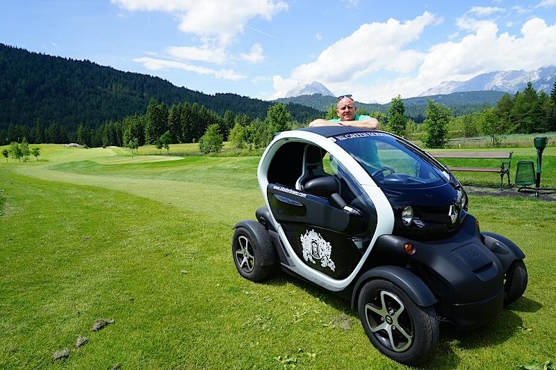 Mit dem Elektromobil Twizy von Renault können bis zu zwei Personen umweltschonend Tirol erkunden / © Redaktion FrontRowSociety.net, Foto Martin Scheidtmann