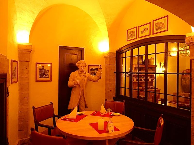 An dieser Stelle soll Richard Strauß Skat gespielt haben. Unser Tisch ist schon reserviert. Wir freuen uns auf ein derftiges Essen im Elephantenkeller Weimar / © Redaktion FrontRowSociety.net
