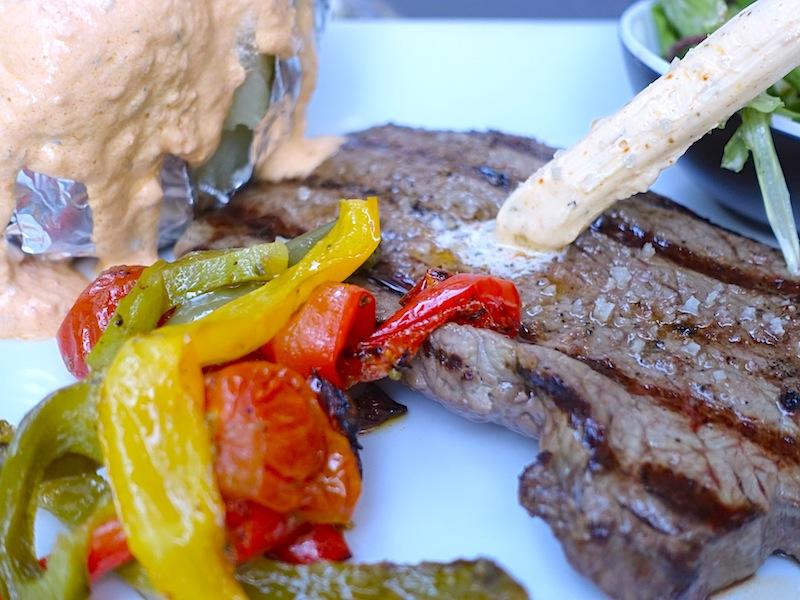 Das Rumpsteak mit Kräuterstab war auf den Punkt gegrillt. Das Restaurant Rhino hat einige gute Fleischgerichte zu bieten / © Redaktion FrontRowSociety.net