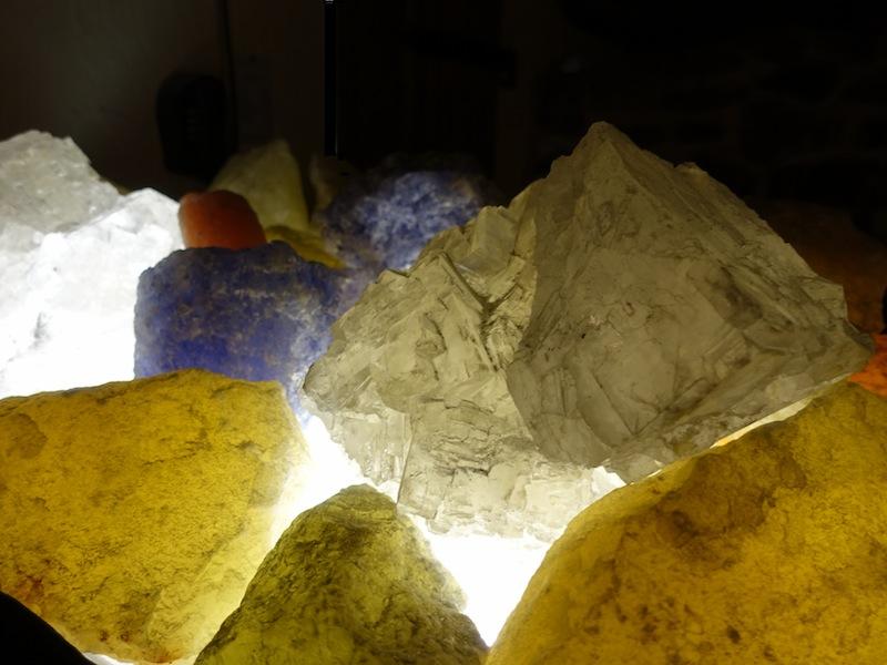 Farbige Salzkristalle vor dem Eingang der Kristallgrotte bringen einen Vorgeschmack, was die Besucher gleich erwartet / © Redaktion FrontRowSociety.net