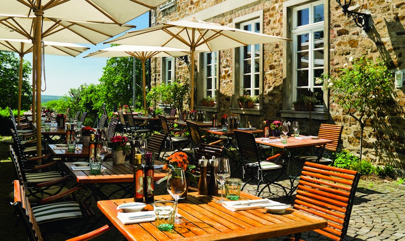 Bei gutem Wetter ist die Terrasse der Trattoria Enoteca im Althoff Grandhotel Schloss Bensberg angesagt. Geschützt zwischen dem alten Gemäuer speist man hier traumhaft schön / © Althoff Grandhotel Schloss Bensberg