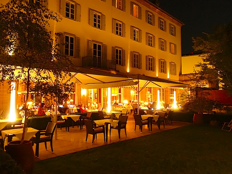 Bei Nacht: Die schöne Terrasse hinter dem Hotel Elephant gehört zum Sterne-Restaurant Anna Amalia. Hier speisten wir Mitte September in einer lauwarmen Nacht / © Redaktion FrontRowSociety.net