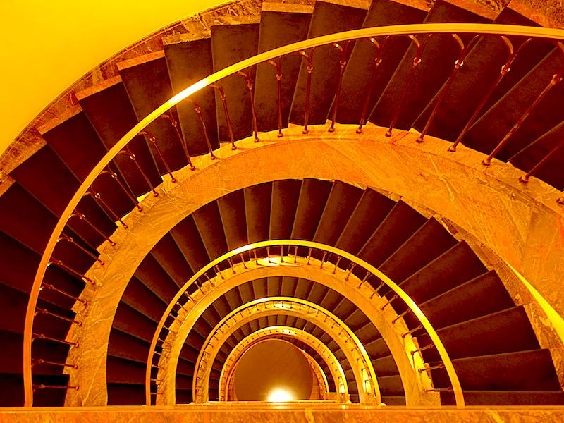 Die Treppe im Bauhaus-Stil im Hotel Elephant in Weimar ist wirklich einzigartig - also nicht immer mit dem Fahrstuhl fahren / © Redaktion FrontRowSociety.net