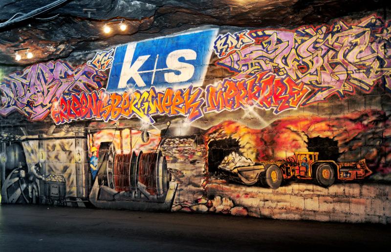 Kunst unter Tage. Vorbei geht es an dem wohl tiefsten Graffiti der Welt zum Museum. Unser Guide und Steiger Reiner Leser kennt sich hier aus / © K+S Aktiengesellschaft