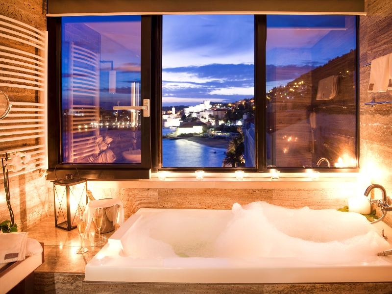 Aber auch in der Badewanne liegend hat der Gast aus der Suite vom Hotel Excelsior einen atemberaubenden Ausblick / © Adriatic Luxury Hotels