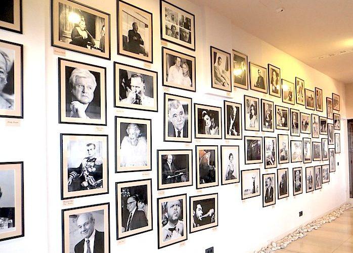 Eine Wand mit Erinnerungsfotos zeigt berühmte Persönlichkeiten, die in der Vergangenheit Gäste des Hotel Excelsior waren / © Redaktion FrontRowSociety.net, Foto Lisa Schmalz