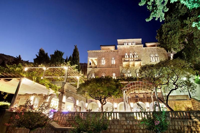 Am Abend stimmungsvoll in Szene gesetzt. Die Villa Orsula ist aufgrund der ruhigen Lage ein beliebter Rückzugsort / © Adriatic Luxury Hotels