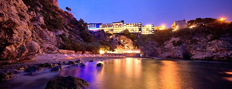 Auch vom Meer aus hat man einen fantastischen Blick auf das 5-Sterne Hotel Bellevue / © Adriatic Luxury Hotels