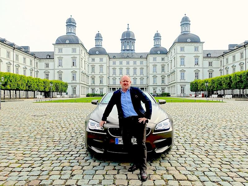 Herausgeber des Luxus & Lifestyle Magazin FrontRowSociety.net Andreas Conrad: Das elegante Zusammenspiel von Form und Funktion macht das BMW M6 Cabrio zu einem der schönsten Fahrzeuge / © Redaktion FrontRowSociety.net