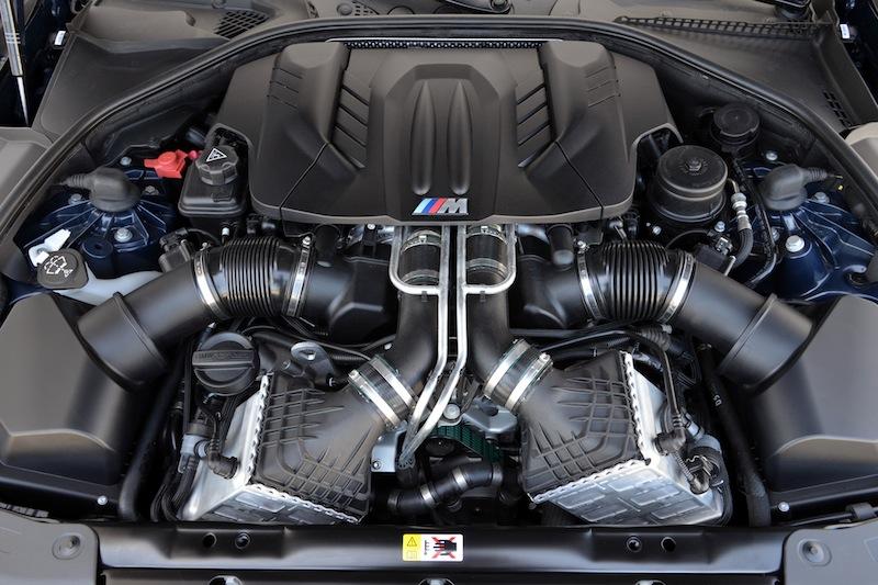 Der 560 PS starker M TwinPower Turbo 8-Zylinder Benzinmotor mit knapp 4.4 Litern Hubraum katapultiert das BMW M6 Cabrio in 4,3 Sekunden von 0 auf 100 Stundenkilometer / © BMW AG, München