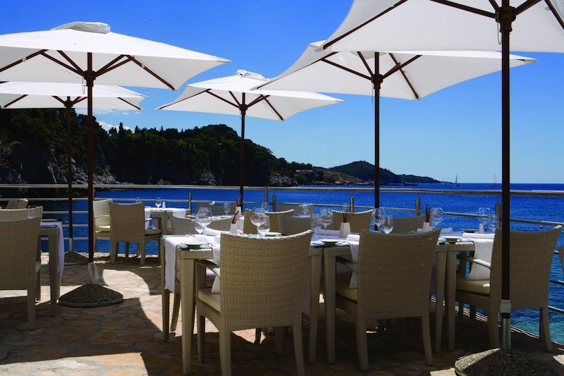 Im Luxushotel Bellevue ist die Beach Bar Nevera bei den Gästen gefragt. Hier genießen die Gäste bei einer frischen Brise regionale Delikatessen / © Adriatic Luxury Hotels