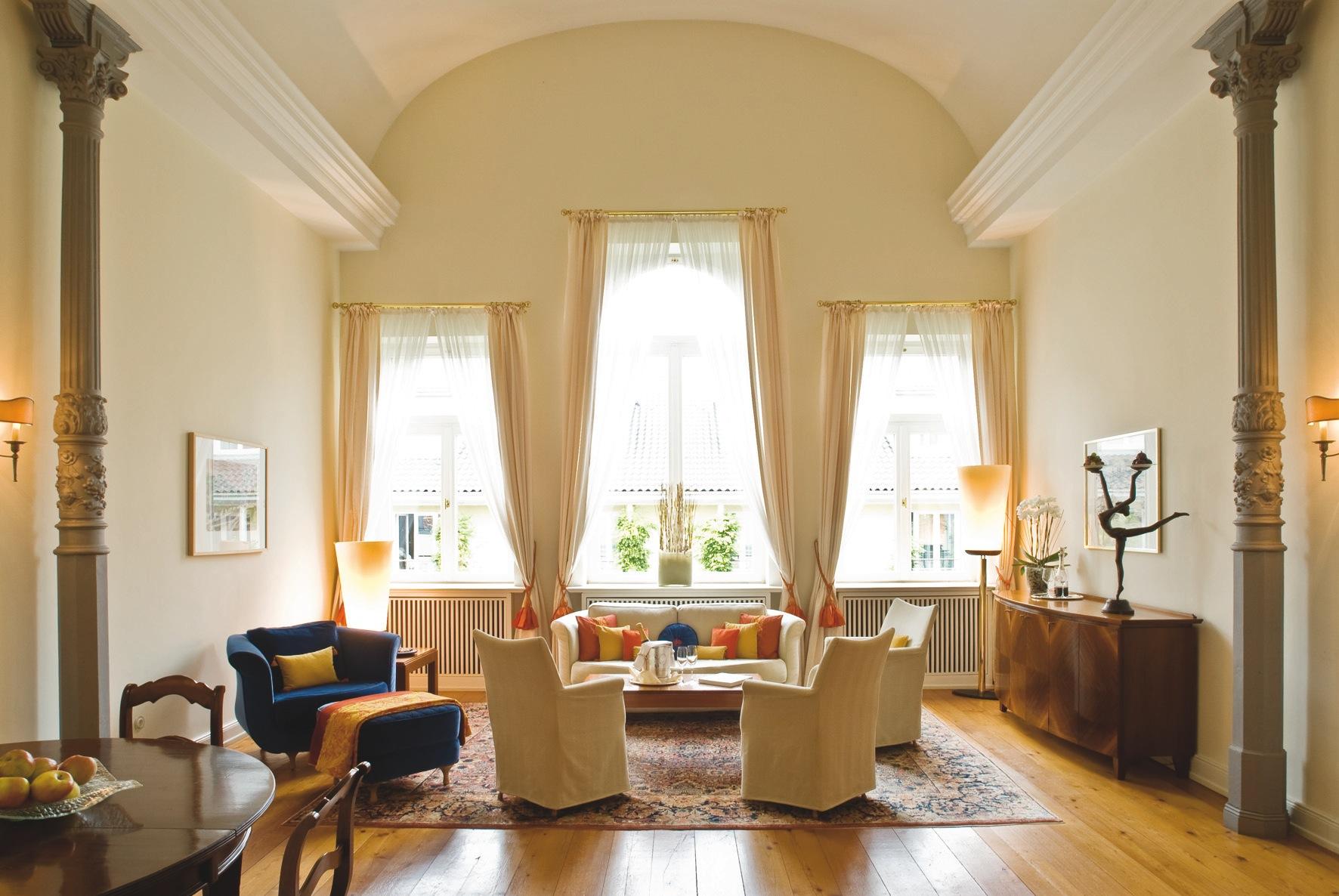 Extravagant und außergewöhnlich ist die 100 Quadratmeter große Ballsaalsuite. Optisch einmalig sind die hohe Decken und die historische Säulen / © Louis C. Jacob
