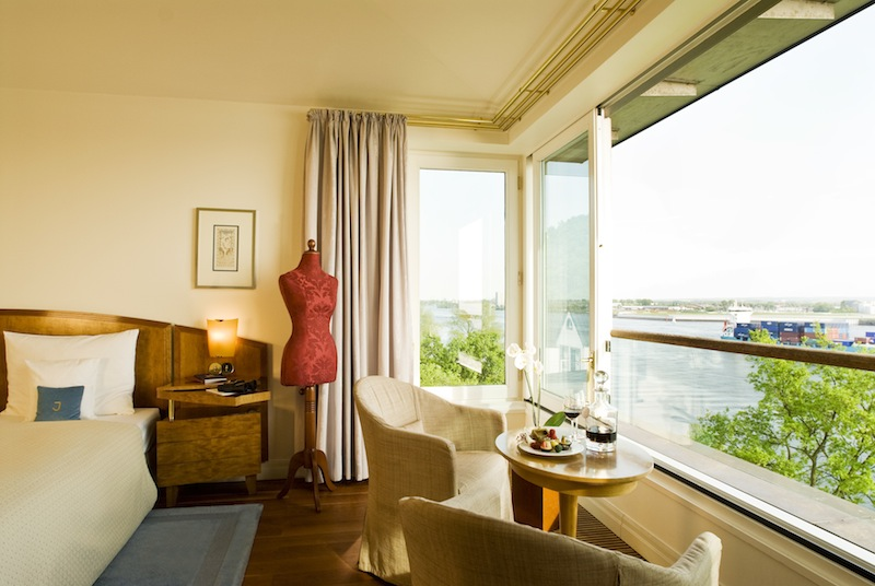 Das Hafenzimmer besticht durch seine faszinierende Aussicht. Sogar auf dem großen Kingsize-Bett liegend hat der Gast eine unvergleichlichen Blick / © Louis C. Jacob