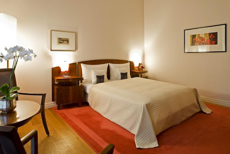 Die Superior Zimmer sind mit edlen Holzdielen ausgestattet. Handgewebte Teppiche untermalen das wohnliche Ambiente / © Louis C. Jacob