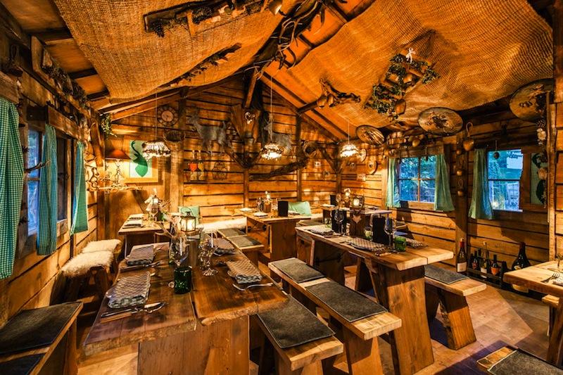 """Skiromatik pur: Die rustikale und heimelig anmutende Holzhütte im Weingarten der """"Weinwirtschaft Kleines Jacob"""" / © Louis C. Jacob"""