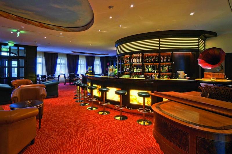 Die Palais Bar im Hotel Bülow Palais in Dresden befindet sich mittig im Hotel und ist somit der Hotspot für Gäste und Besucher / © Hotel Bülow Palais