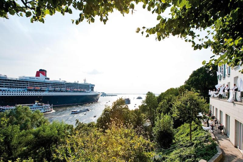 Die Queen Mary 2 läuft aus - viele Gäste auf der Queen Mary 2 hatten zuvor im Hotel Louis C. Jacob genächtigt / © Louis C. Jacob