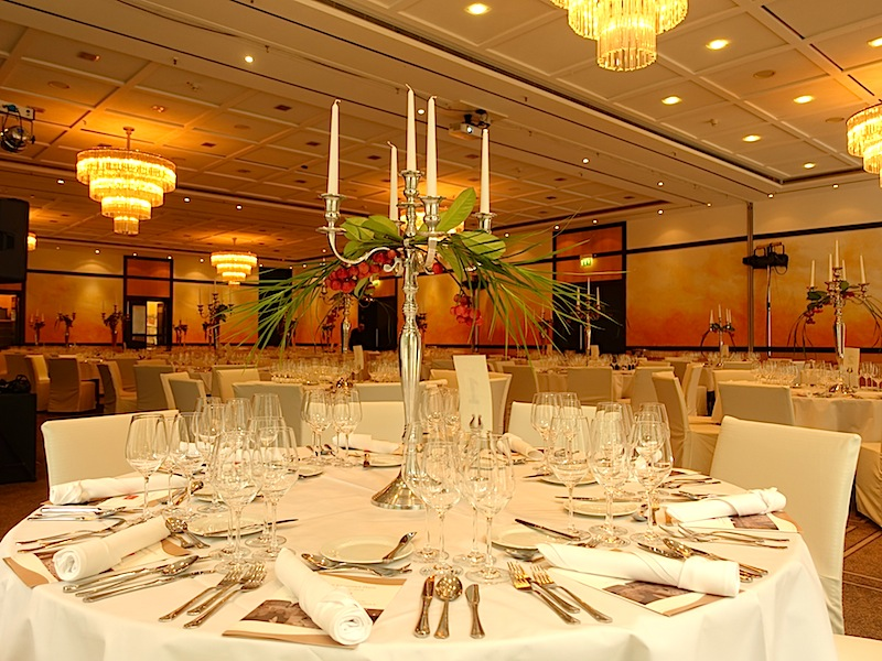 """Die Tische im Steigenberger Hotel Remarque sind zum """"Großen Gourmet Preis Niedersachsen"""" festlich gedeckt und warten auf die Feinschmacker / © Redaktion FrontRowSociety.net"""
