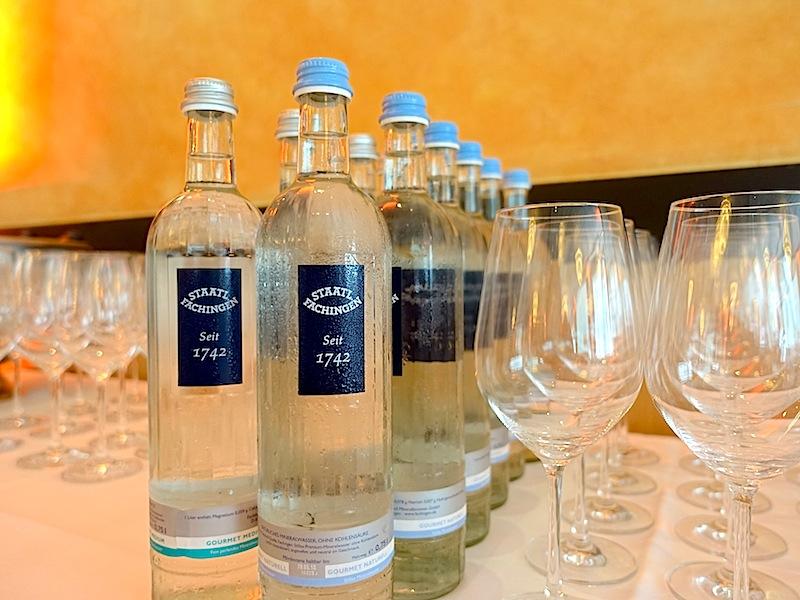 Staatl. Fachingen: Weltweit das beliebteste und meistgekaufte Heilwasser gab es auch zum GGP im Steigenberger Hotel Remarque / © Redaktion FrontRowSociety.net