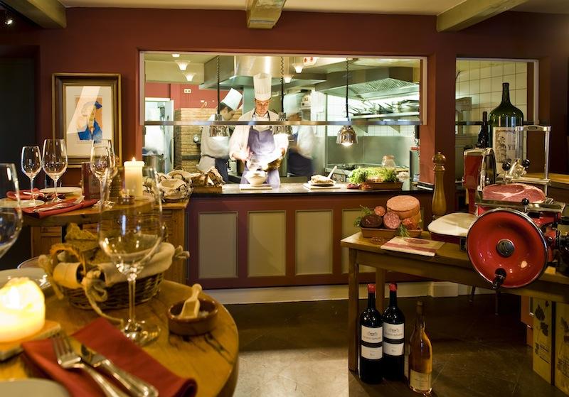 Die offene Küche und der große Steinofen sorgen für eine warme und urgemütliche Atmosphäre / © Louis C. Jacob