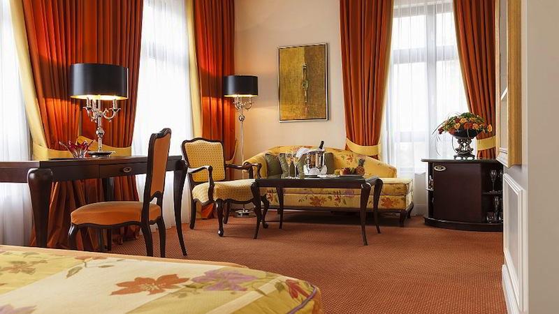 Die Doppelzimmer im Hotel Bülow Palais sind sehr großzügig geschnitten und luxuriös eingerichtet / © Hotel Bülow Palais