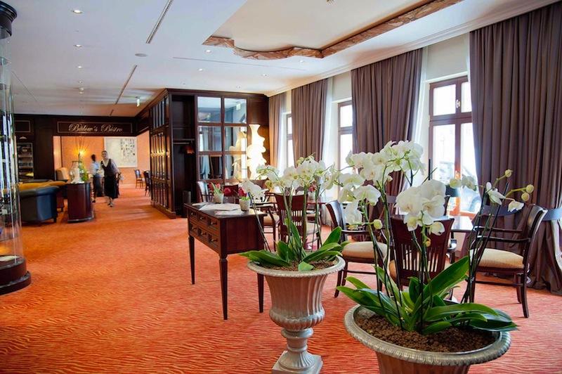 Im hinteren Bereich befindet sich Bülow's Bistro; aber auch außerhalb sitzen die Gäste gerne / © Hotel Bülow Palais