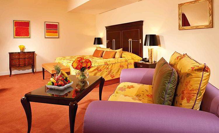 Mit 45 Quadratmetern, den lichten Dachgauben sowie einem individuellen Grundriss strahlen die Junior-Suiten einen besonderen Charme aus / © Hotel Bülow Palais