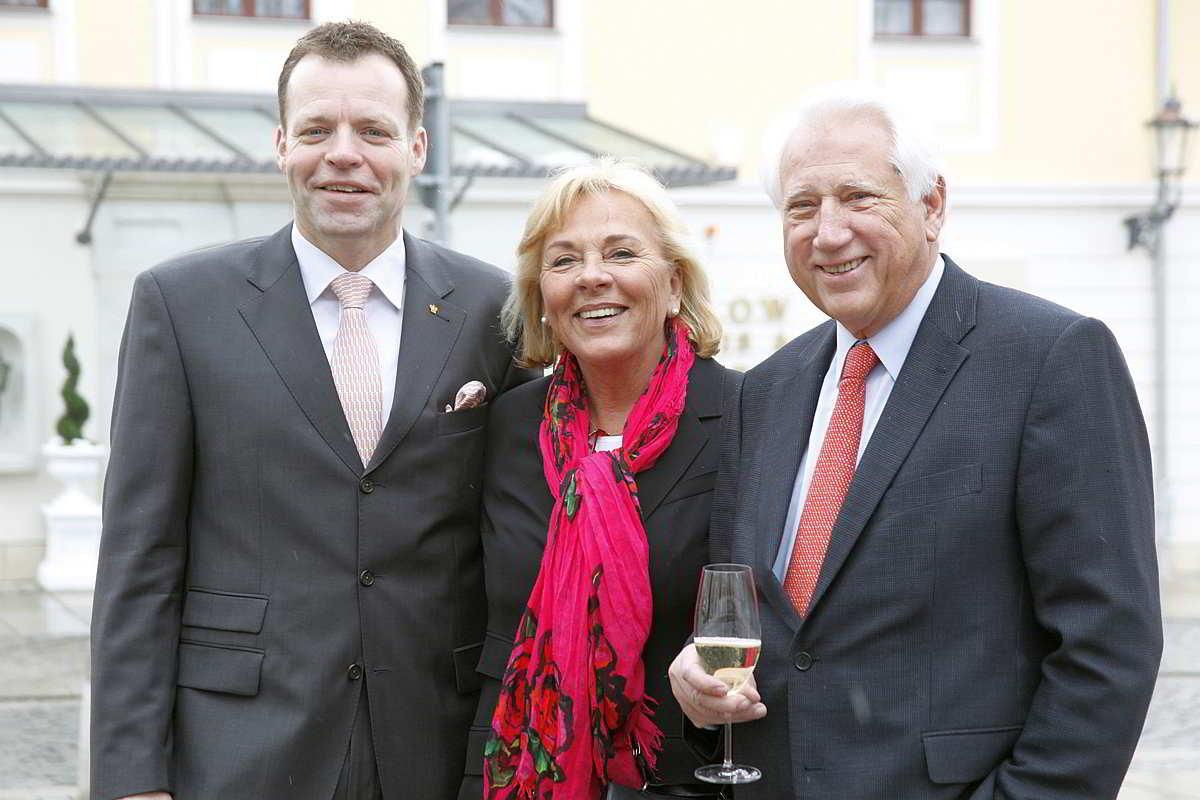 V.l.n.r. Ralf J. Kutzner, der geschäftsführende Direktor und das Eigentümerehepaar Monika und Horst Bülow / © Hotel Bülow Palais