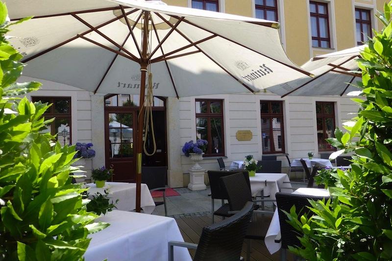 Die schöne Sommerterrasse. Mit Blick auf die Flaniermeile der Königsstraße lässt es sich hier verweilen / © Hotel Bülow Palais