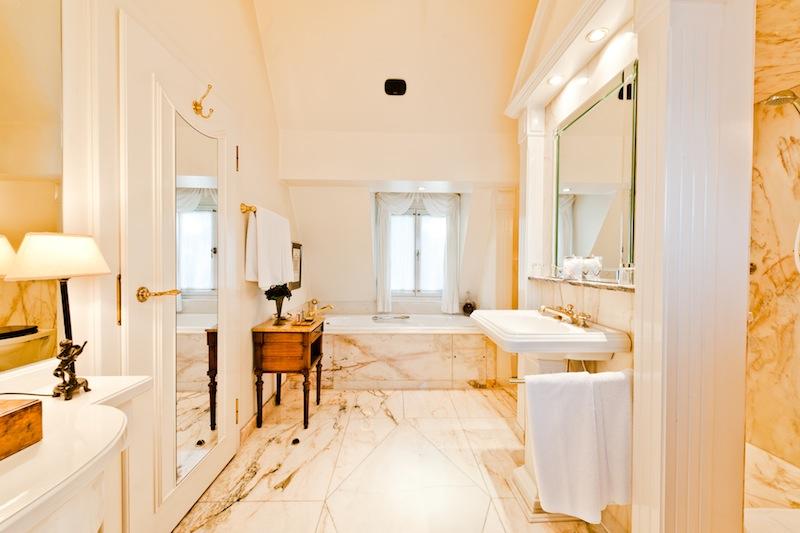 Auch das feudale Badezimmer der Maisonette Suite ist in hellem Marmor gehalten / © Hotel Kronenschlösschen