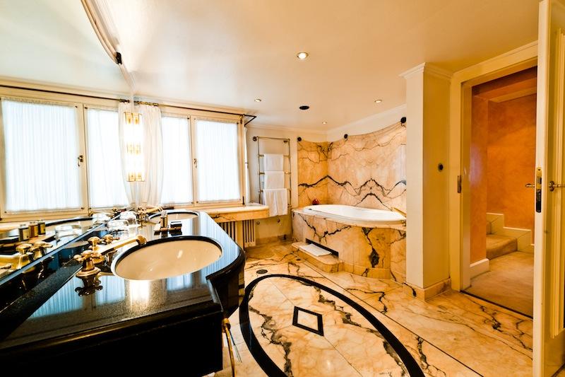 Das Badezimmer der Turmsuite ist komplett in Marmor gehalten - waschen wie zu Kaisers Zeiten / © Hotel Kronenschlösschen