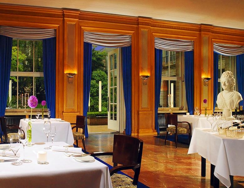 Das elegante Sterne-Restaurant Anna Amalia: Der hohe Raum, der Marmorfußboden, die große Fensterfront zum Garten und die Kunstwerke an den Wänden machen diese Räumlichkeit einmalig / © Hotel Elephant, Weimar