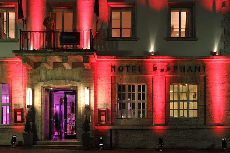 """Hinter dieser Fassade im ehrenwerten und legendären Hotel Elephant in Weimar ist das Sterne-Restaurant Anna Amalia beheimatet. Die Beleuchtung wurde für die letztjährige Küchenparty """"Marcello & Friends"""" inszeniert / © Hotel Elephant"""