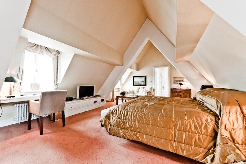 Die Junior-Suite mit der Nummer 31 ist in hellen Farben gehalten und sehr schön geschnitten / © Kronenschlösschen