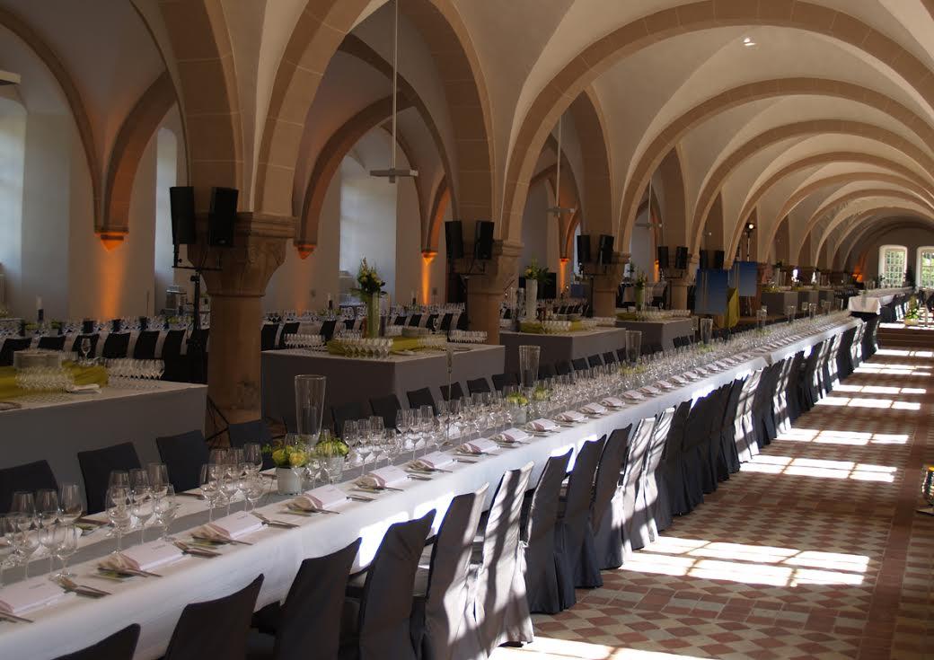 Im 1000 Quadratmeter großen Laiendormitorium im Kloster Eberbach, dem ehemaligen Schlafsaal der Laienbrüder, findet die Welcome Party zum Rheingau Gourmet & Wein Festival statt / © Kloster Eberbach