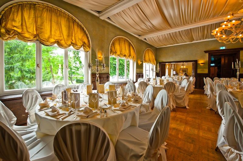Die Tische im Hotel Kronenschlösschen sind festlich gedeckt und warten auf die Gäste zum 21. Rheingau Gourmet & Wein Festival / © Kronenschlösschen