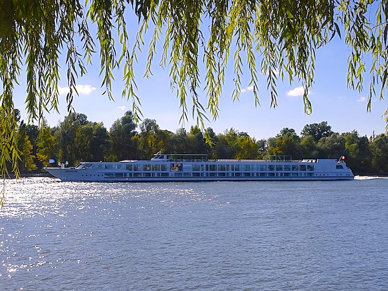 Direkt vor dem Kronenschlösschen - durch die Unterführung zu erreichen - fahren auch die Rhein-Schiffe ab / © Redaktion FrontRowSociety.net