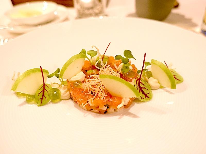 Frisch und köstlich: Tatar vom schottischen Lachs mit Apfel, Sellerie und Pumpernickel / © Redaktion FrontRowSociety.net