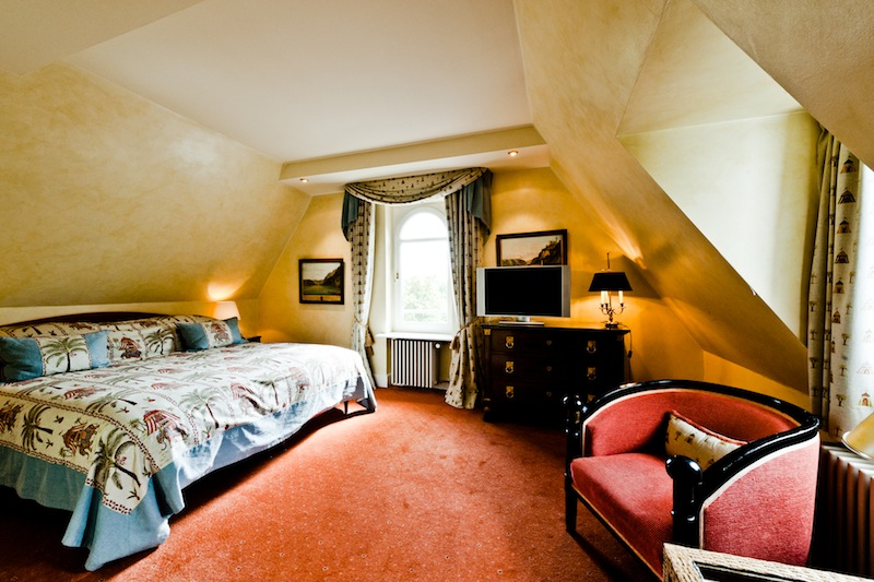 Ein großes Bett und jede Menge Freiraum stehen dem Gast in der Suite Nummer 23 zur Verfügung / © Hotel Kronenschlösschen