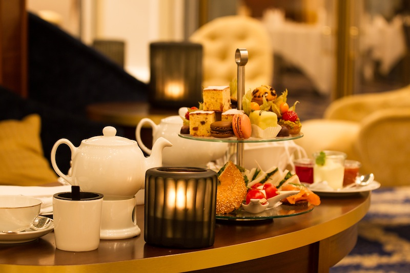 Unvergleichlich sind die hausgemachten Scones, Sandwiches sowie die Selektion von Macarons und kleinen Törtchen / © Excelsior Hotel Ernst