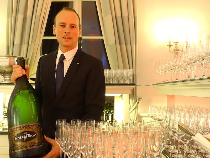 """Armin Neumann von Weine & Mehr mit der """"leichten"""" Magnumflasche Bernkastler Doctor von den Weingütern Wegeler / © Redaktion FrontRowSociety.net"""
