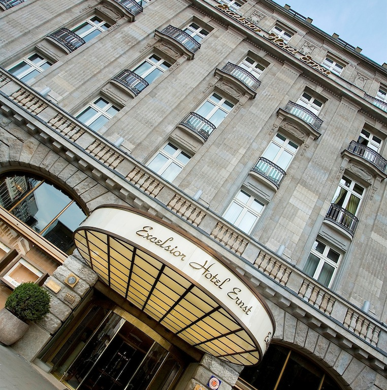 Von außen wirkt das Excelsior Hotel Ernst eher unscheinbar. Wer dann die Emfangshalle betritt... eine andere Welt / © Excelsior Hotel Ernst