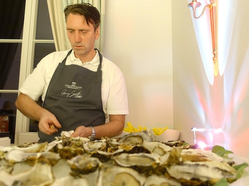 Die Austern mussten im Akkord geknackt werden. Die Gäste sollten selbstverständlich nur frische Austern genießen / © Redaktion FrontRowSociety.net