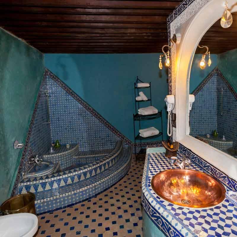 Im Sanitärbereich ist eine traditionelle marokkanische Badewanne zu finden / © FrontRowSociety.net, Foto Georg Berg